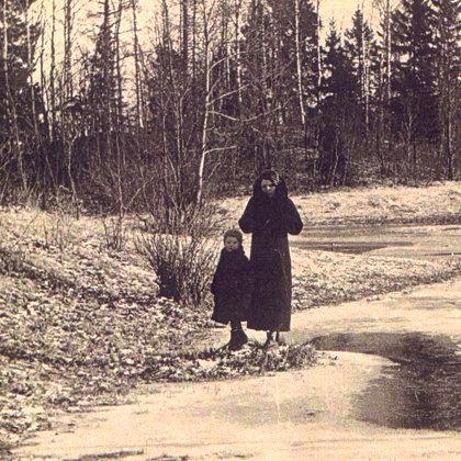 """Melānija Vanaga ar dēliņu Alni """"Sermuļos"""" apt. 1936.gadā"""