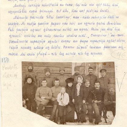 1918.gads - steidzīga bilde kopā ar krievu karavīriem pie mājas. Krievu karaspēks atkāpjas