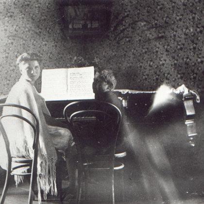 """Melānija un mazais brālis Verners pie klavierēm - 20.gs. 20.gadi""""Sermuļos"""""""