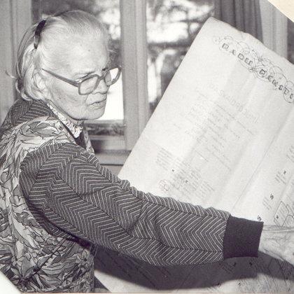 M.Vanaga stāsta par pašas veidoto Radu rakstu rulli.