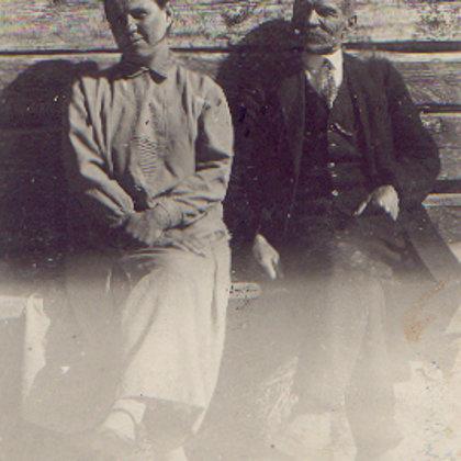 """M.Šleijas(Vanagas )tēvs un māte pie """"Sermuļu""""sienas"""